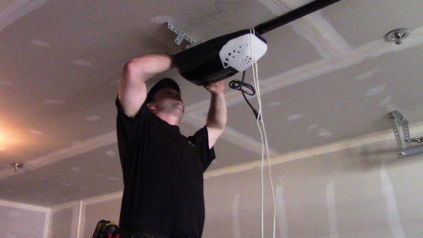 """alt=""""fiv star doors technician shane repairs an opener"""""""
